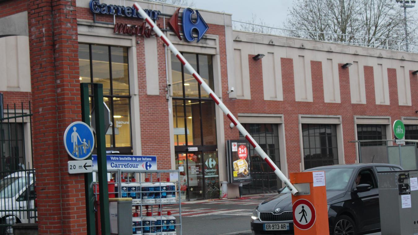 À Carrefour, le système de barrières a été remis en route pour réserver les places à la clientèle.
