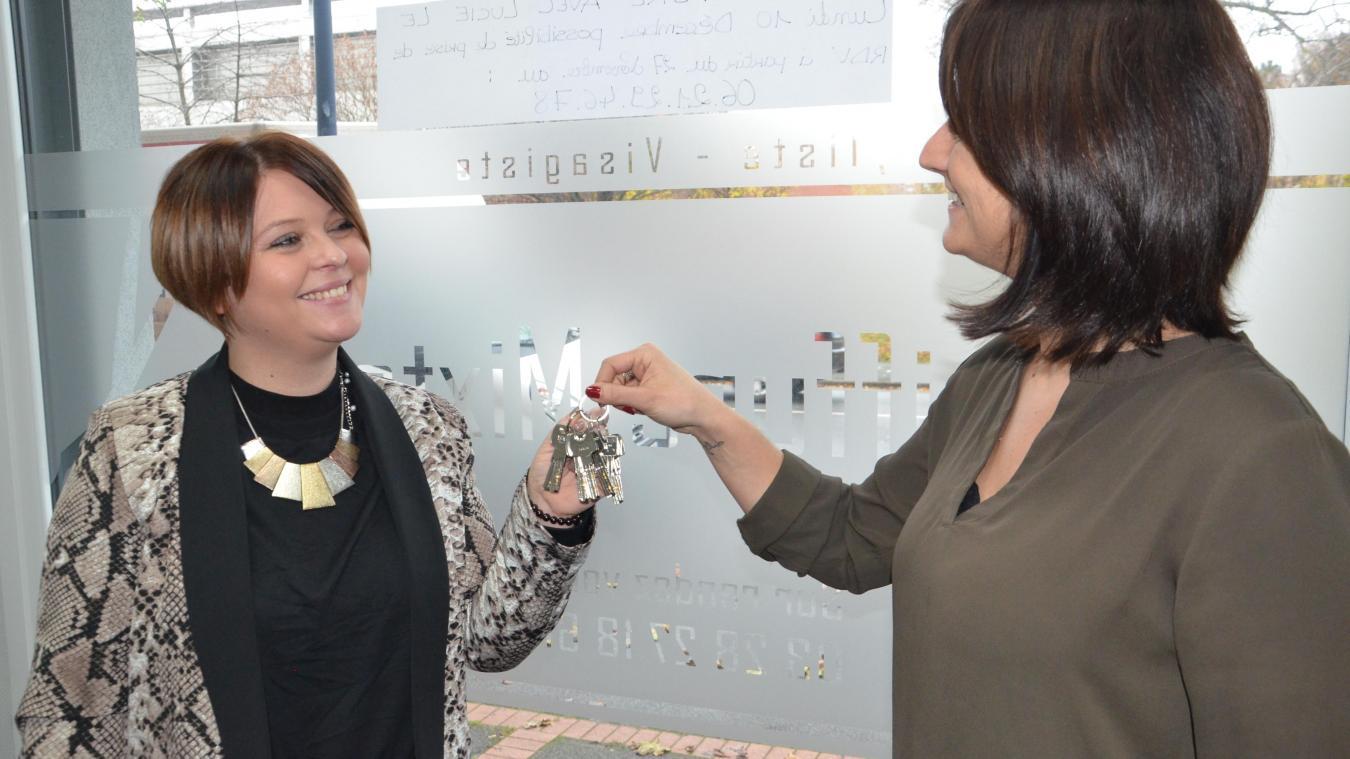 Lucie Maiani (à gauche) a récupéré les clefs du salon des mains de Sylvie Dridi.