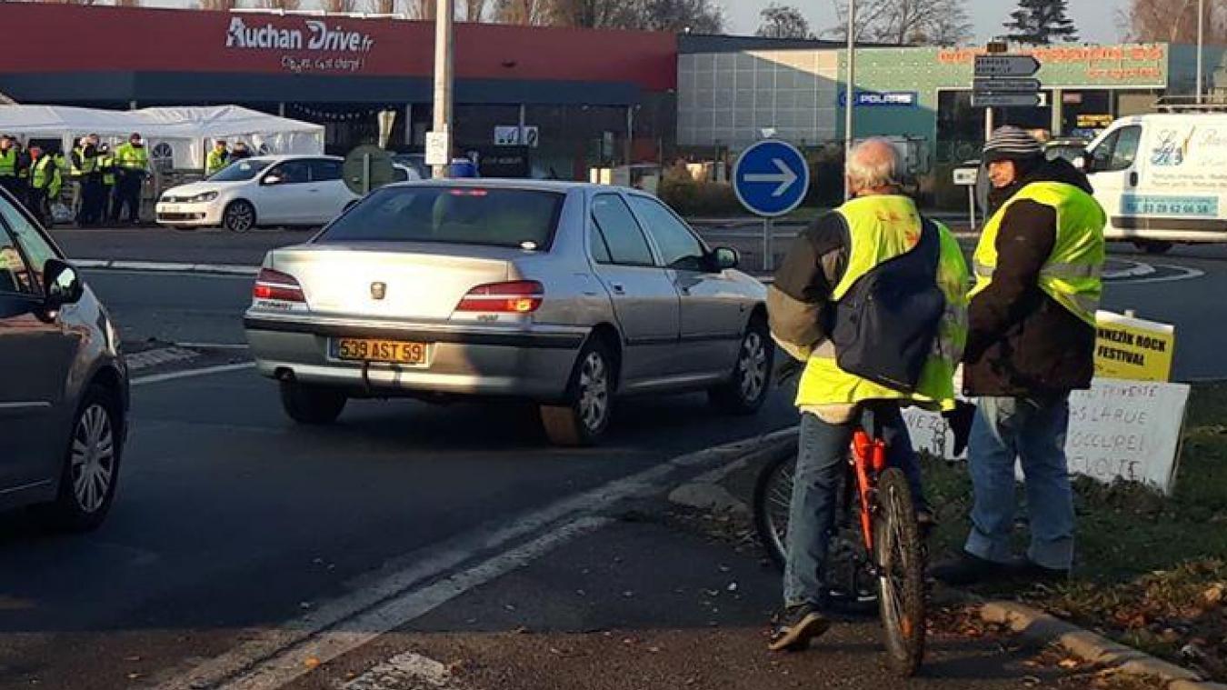 Les « gilets jaunes » occupent le rond-point du Faubourg-de-Cassel, à Bergues, comme lors des week-ends précédents.