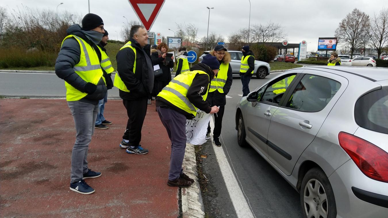 A Nieppe, sur le rond-point d'Hyper U, les Gilets jaunes discutent avec les automobilistes.