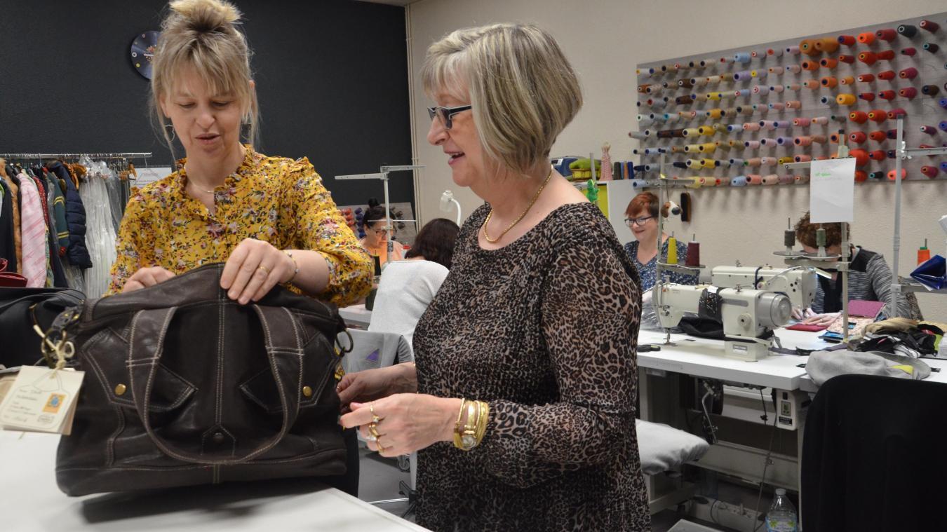 Ghislaine (à droite) présente à Stéphanie, sa responsable, le sac qu'elle a confectionné à partir d'une veste.