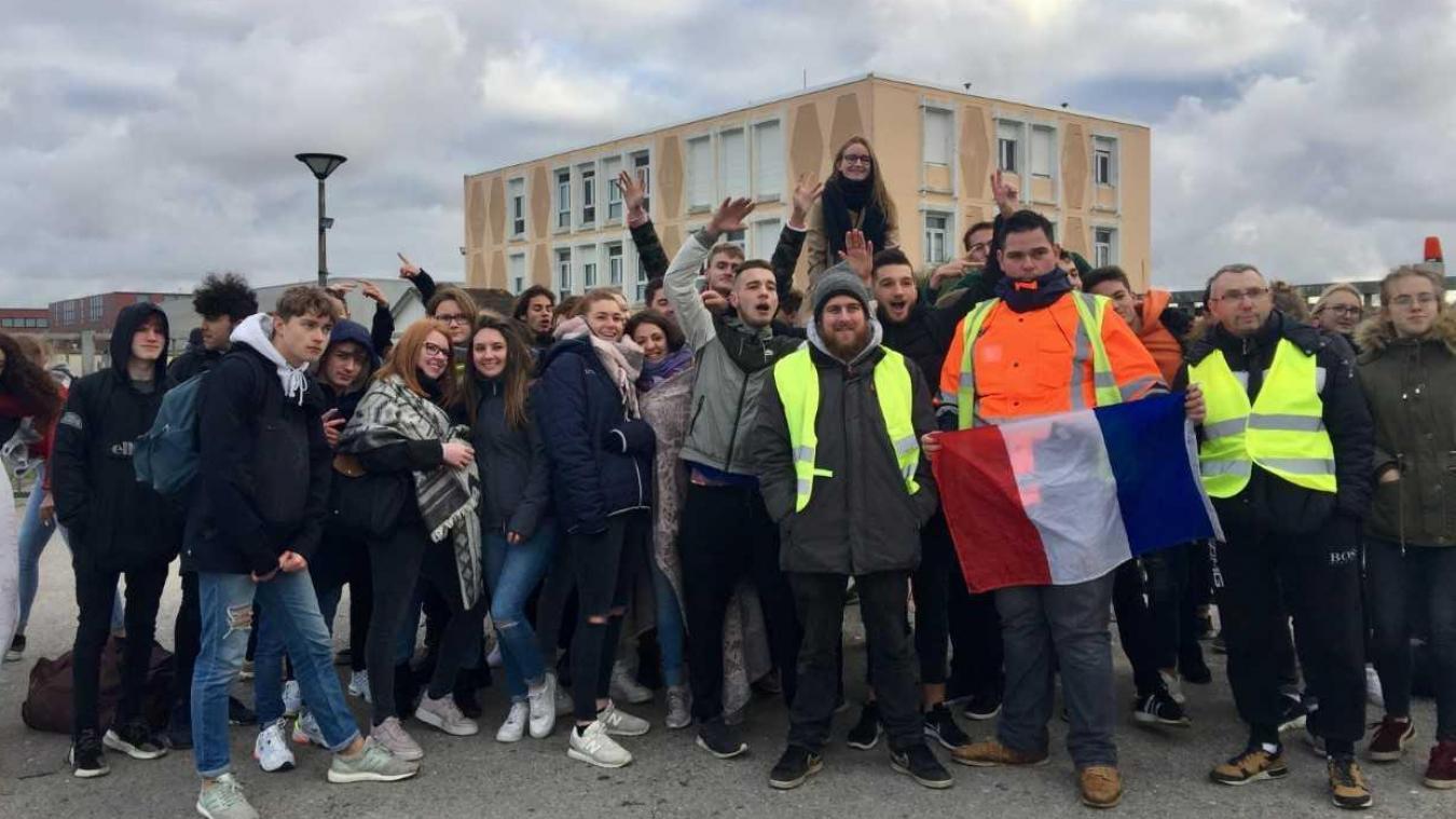 Des lycéens et des Gilets jaunes maifestent depuis ce matin devant l'établissement Jan Lavezzari.