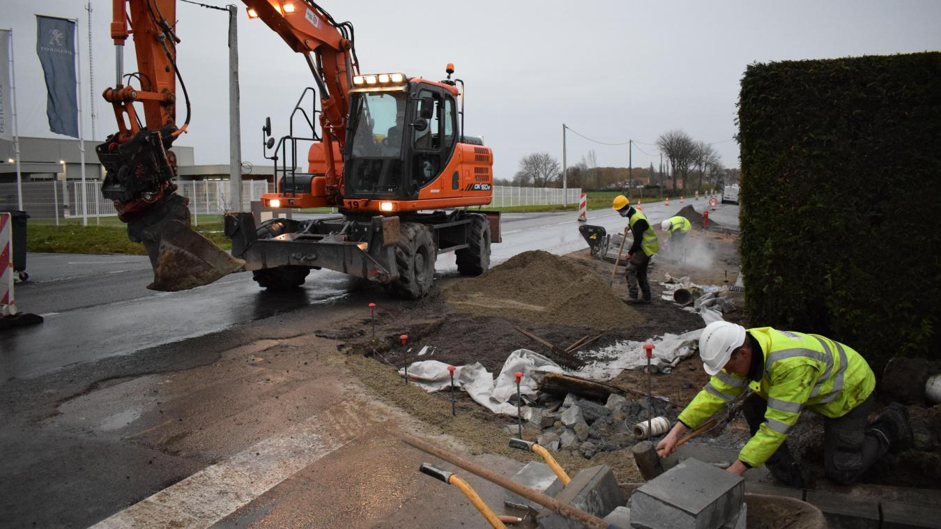 Même sous la pluie, les ouvriers travaillent. Pour que les travaux soient terminés le 21 décembre. Juste avant les vacances scolaires.