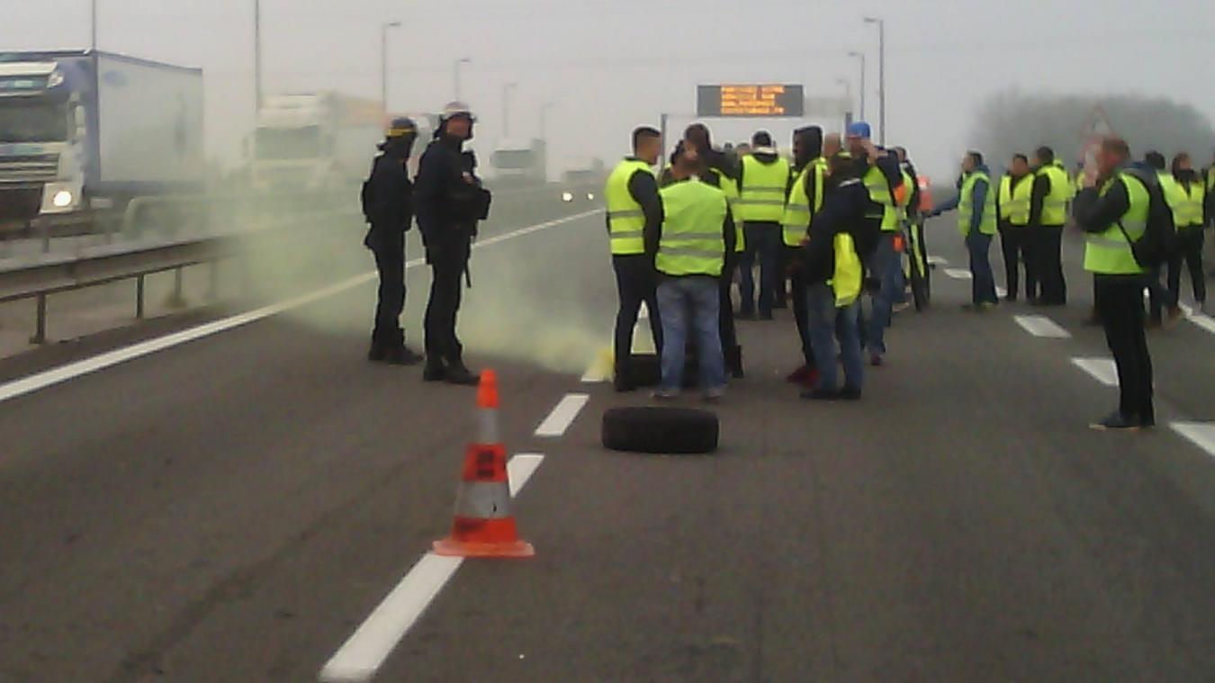 C'est sur l'autoroute A16, sens France-Belgique, à hauteur de Ghyvelde que les deux manifestants ont apporté palettes de bois et pneus, dans la nuit de vendredi à samedi. (Archives)