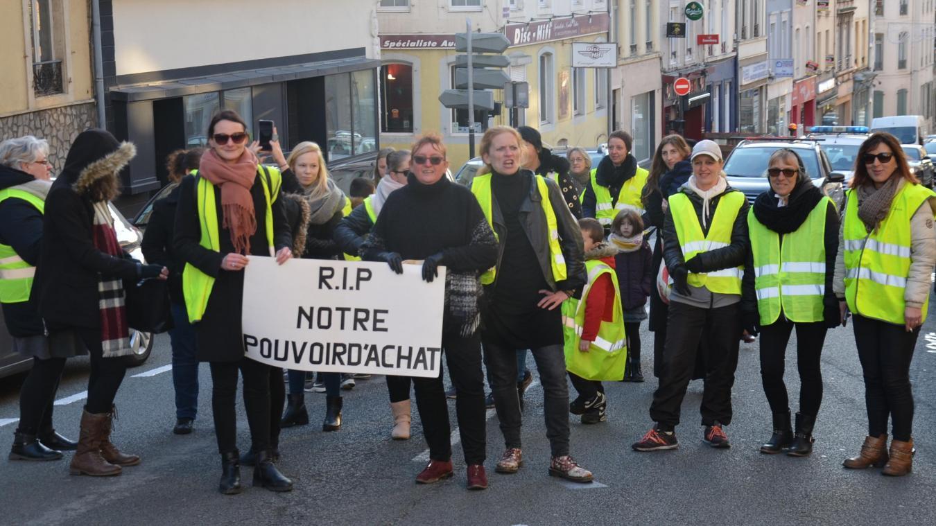 Boulogne : des mères de famille, le gilet jaune de sortie, bloquent momentanément la Grande rue (photos et vidéo)