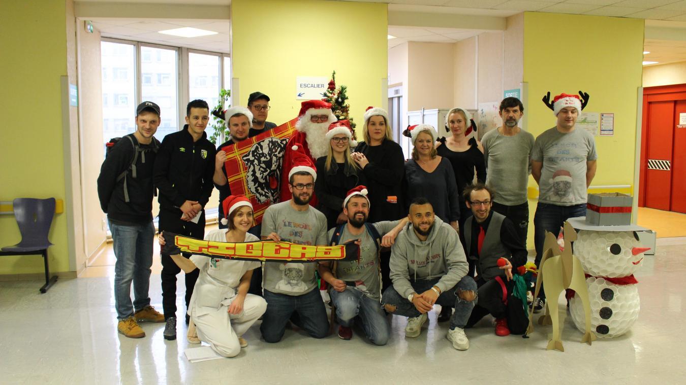 Noël 2017 : les Red Tigers, des joueurs du RCL, « coach Siko » et les équipes de pédiatrie et de pédopsychiatrie du CH Lens tous ensemble.