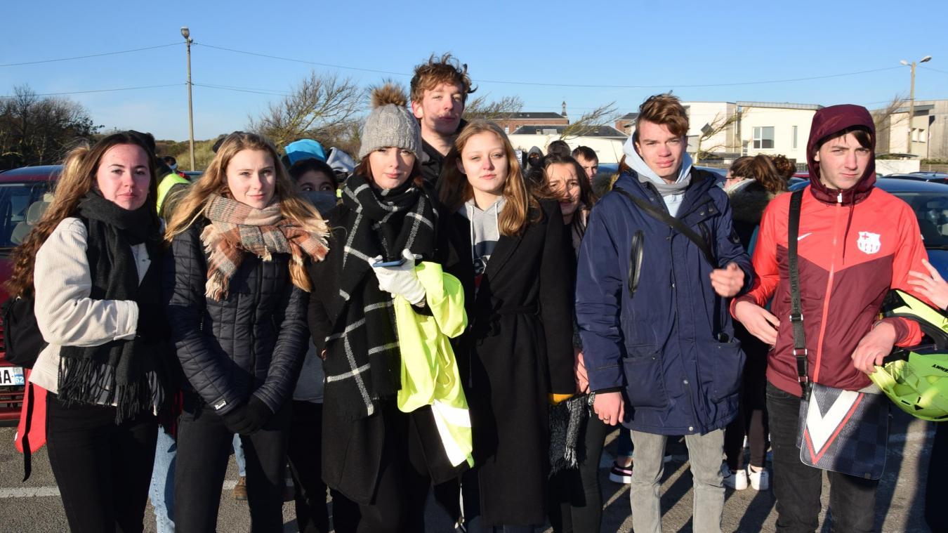 Lycéens et Gilets jaunes devant l'établissement berckois ce jeudi.
