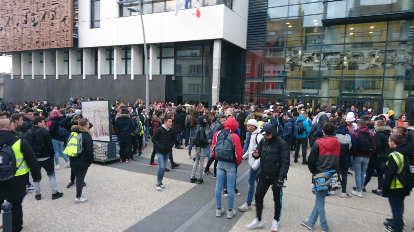 Les lycéens devant Mariette. À 9 h 45, ils ont pris la direction de la Bourse du travail.