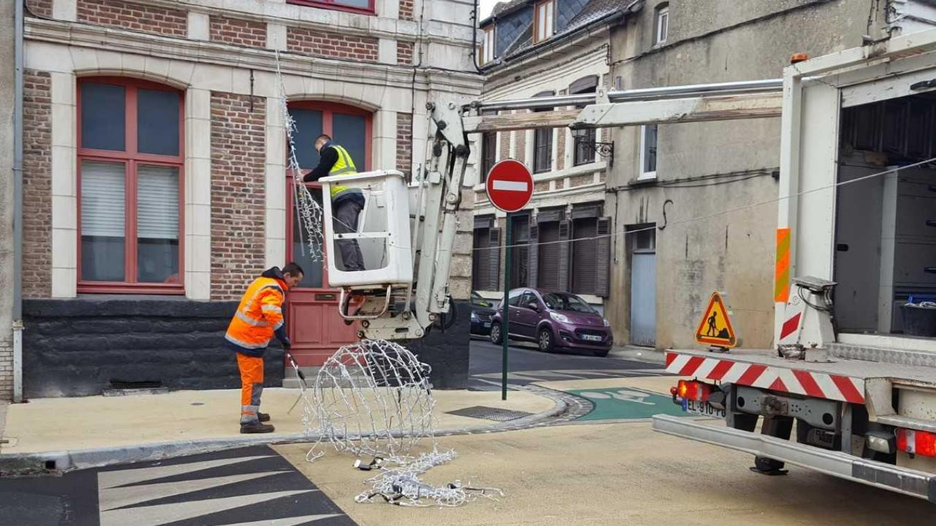 La circulation a été interrompue le temps pour les services municipaux de remettre la décoration en place.