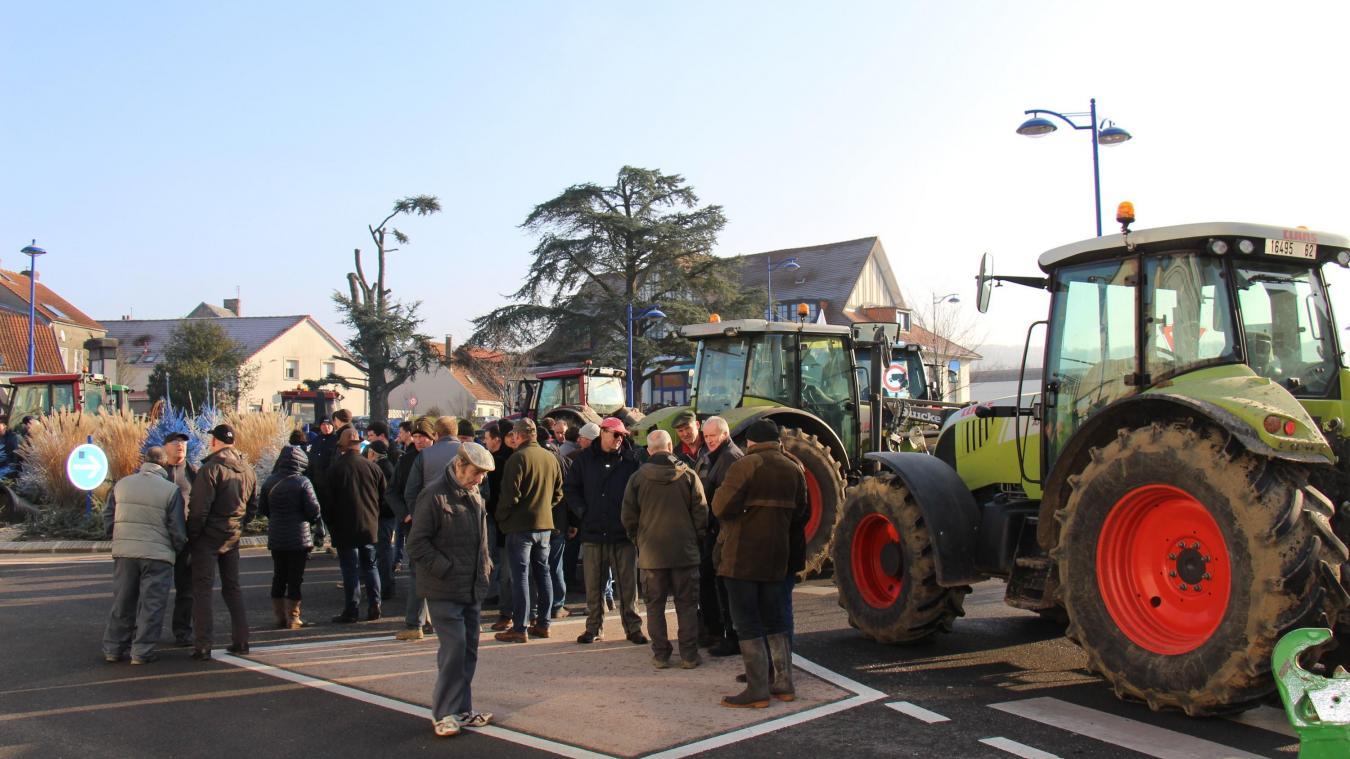 Desvres : les agriculteurs manifestent et bloquent le rond-point des Potiers (photos)
