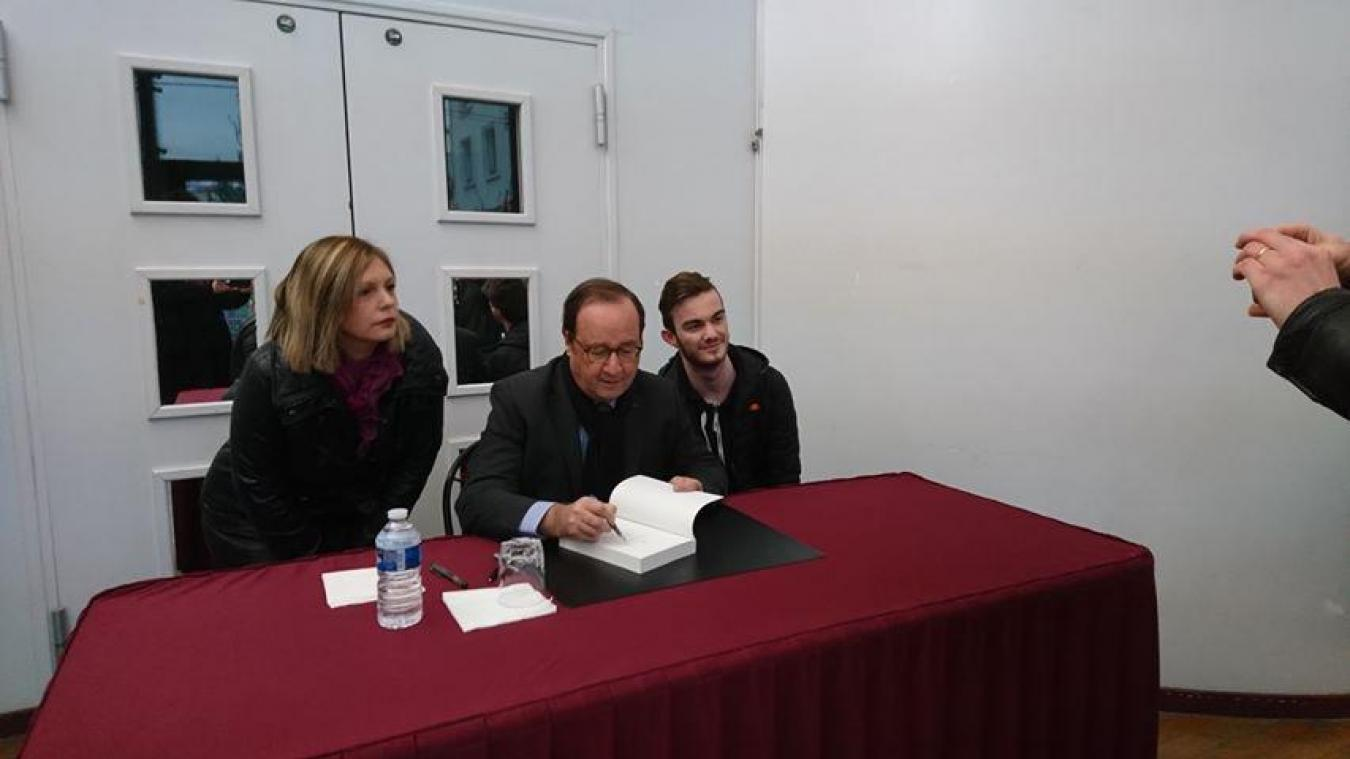 François Hollande a dédicacé quelques ouvrages avant de tenir sa conférence au théâtre Monsigny.