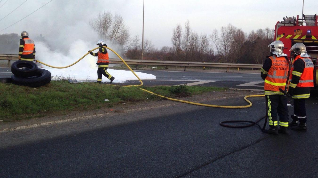 Les pompiers sont rapidement intervenus pour éteindre le feu sur l'A16. Mais ils ont dû couper la bretelle d'accès à l'autoroute.