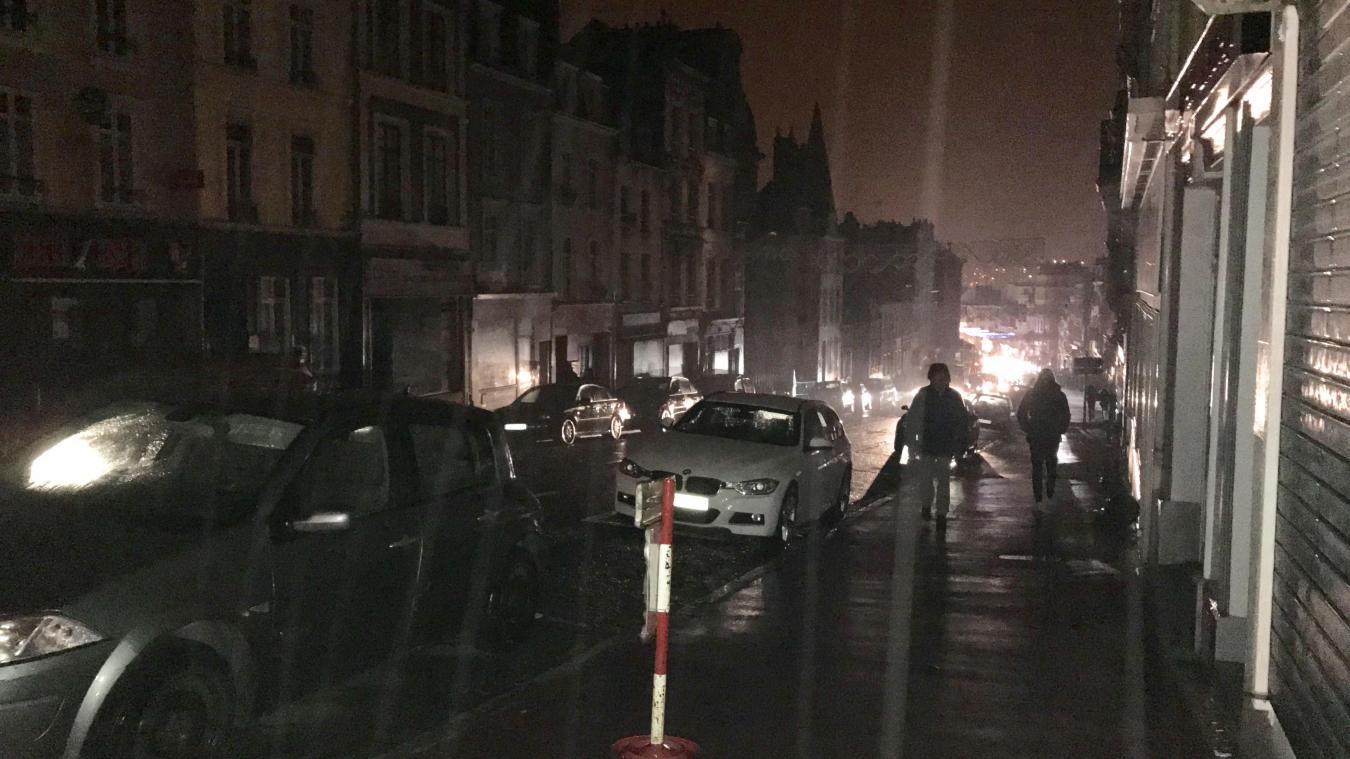 Le haut de la Grand Rue à Boulogne, en partie dans l'obscurité ce vendredi 15 décembre en début de soirée.