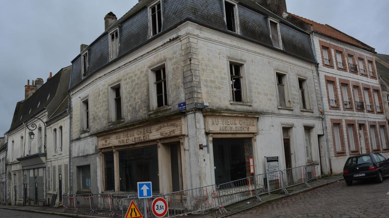 L'immeuble « Au vieux chêne » est situé rue Pierre Ledent au niveau de laa place Darnétal.