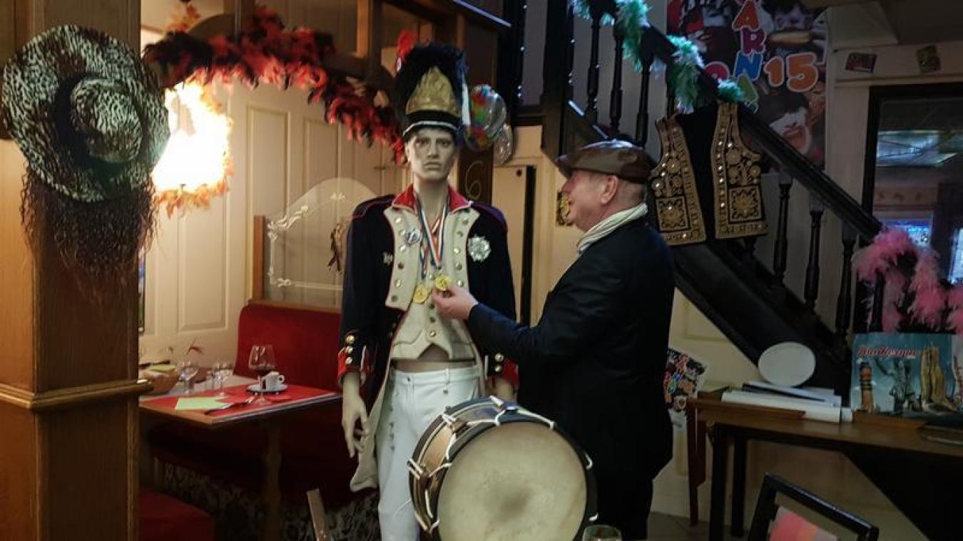Dans le restaurant, on retrouve de nombreux objets liés au carnaval et à ses traditions.