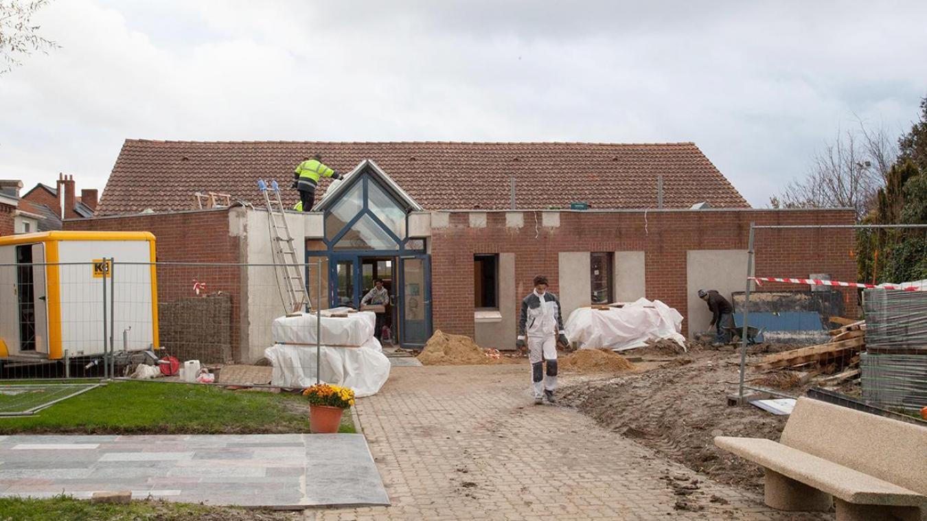 Des ouvriers, de différents corps de métier, sont sur le chantier de la salle communale des Moëres.