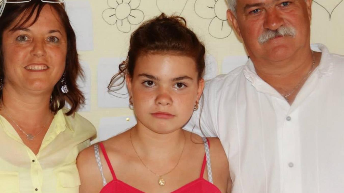 Faustine, au côté de ses parents adoptifs.