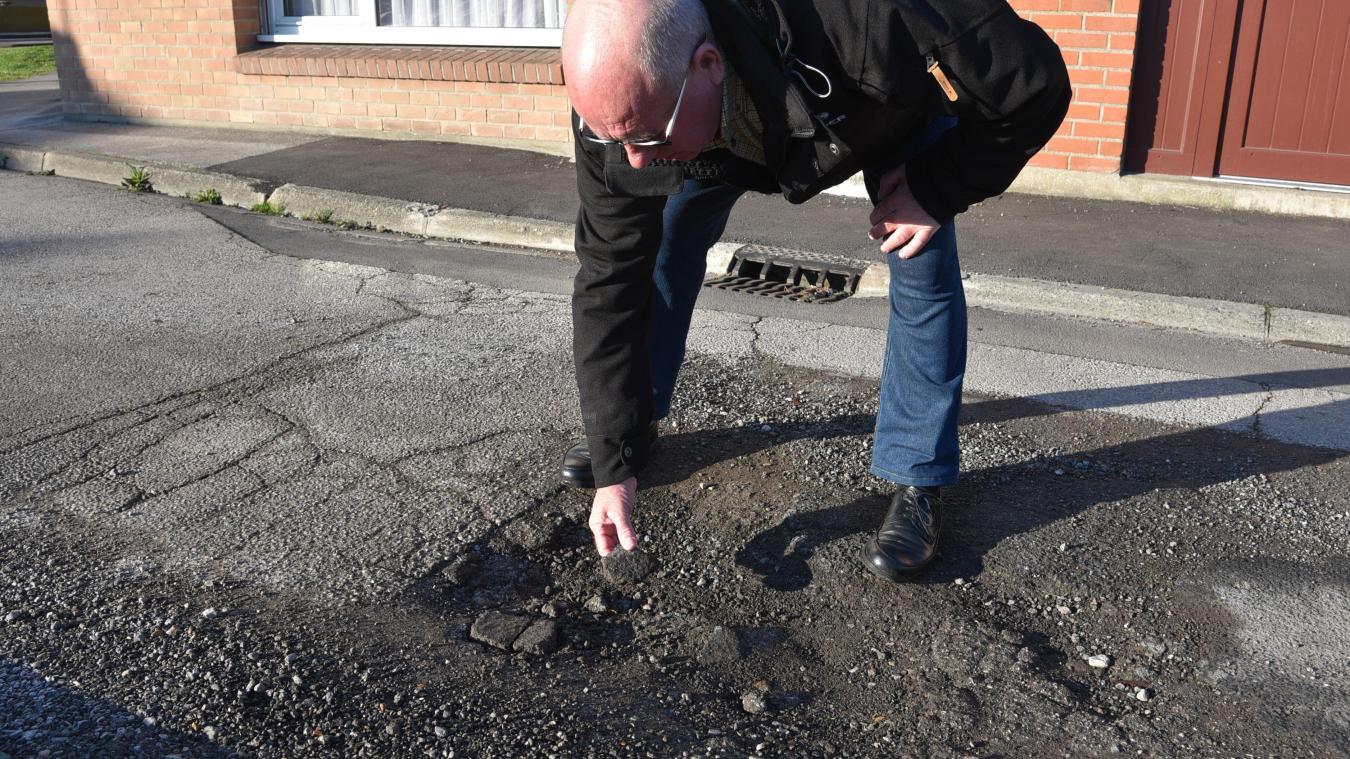 Michel Hanin déplore le manque de travaux et les nids de poule persistants, qui rendent la rue dangereuse pour les familles et les personnes âgées.