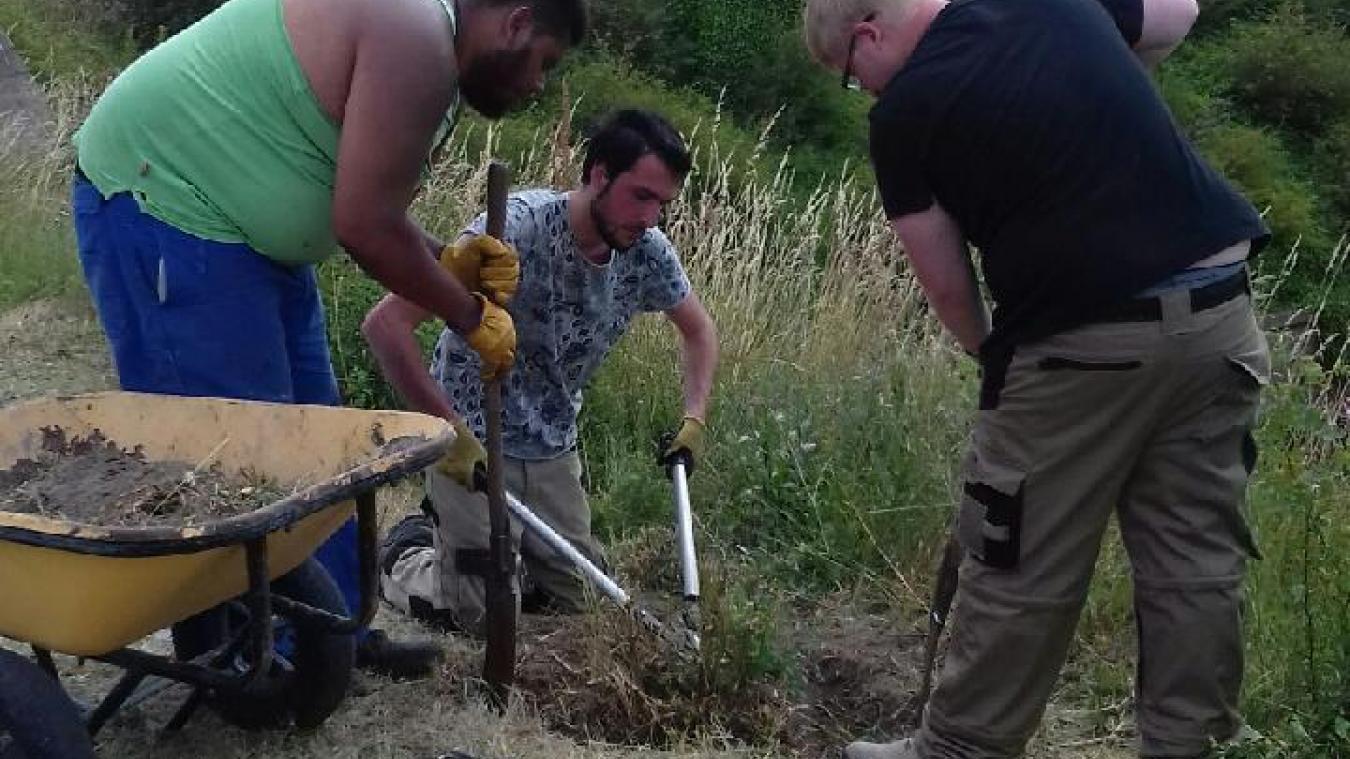De jeunes chercheurs d'emploi à l'œuvre au Fort des Dunes de Leffrinckoucke.