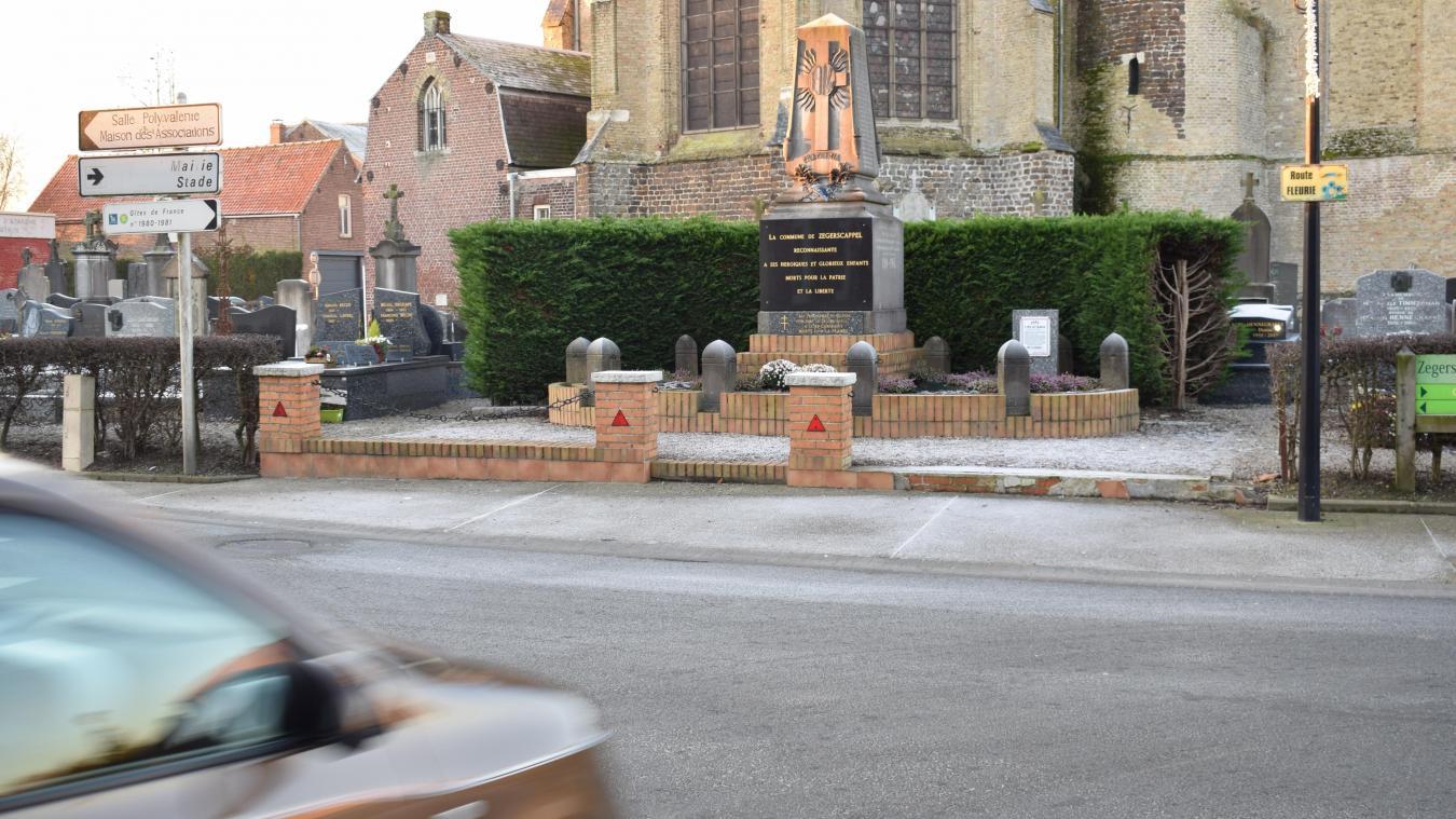 Quand on vient de la rue d'Ypres, on ne peut pas le manquer. Il est positionné à l'intersection en T. Le monument aux morts a pourtant été la cible de dégradations, à la suite d'un accident de la route.