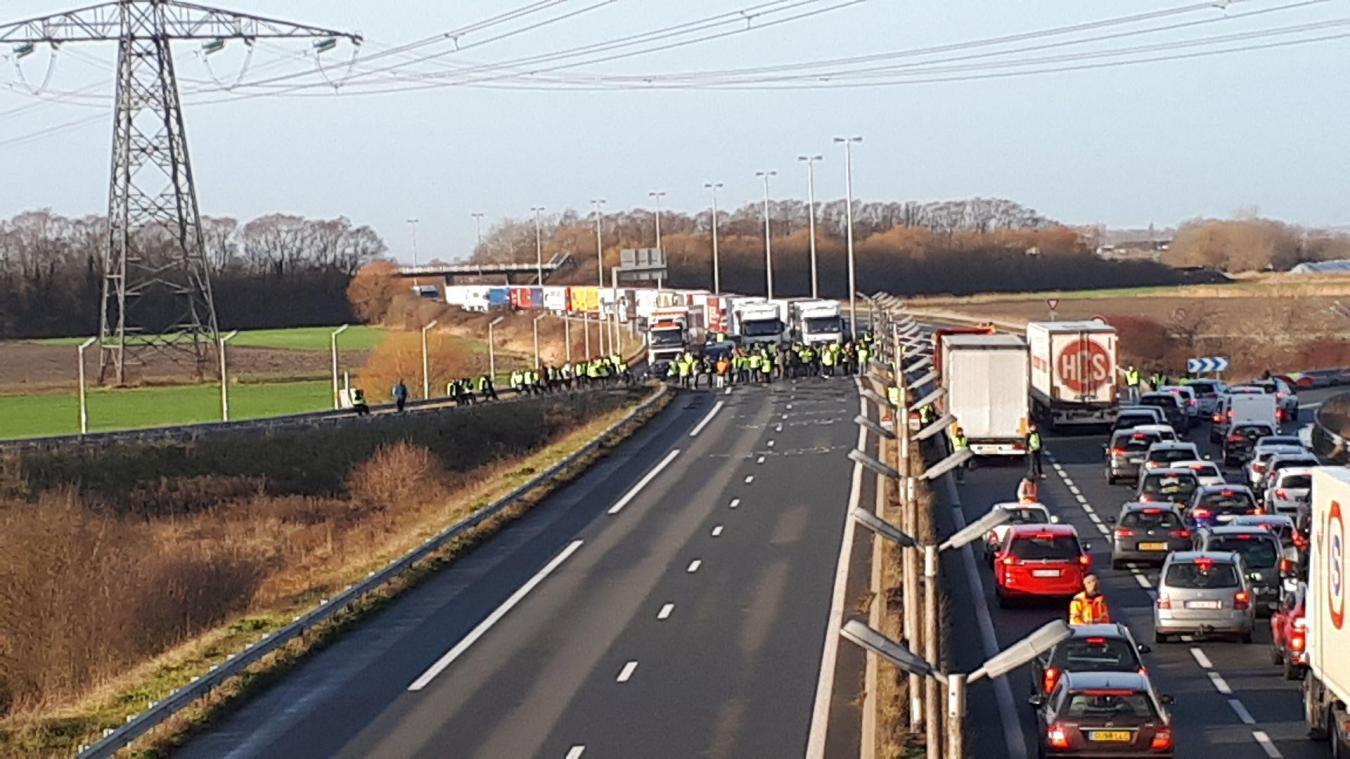 Environ 200 gilets jaunes bloquent l'autoroute.