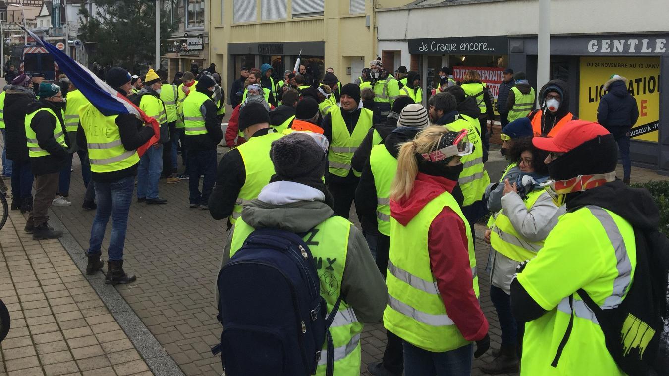 Des Gilets jaunes manifestent depuis ce matin devant la villa d'Emmanuel et Brigitte Macron.