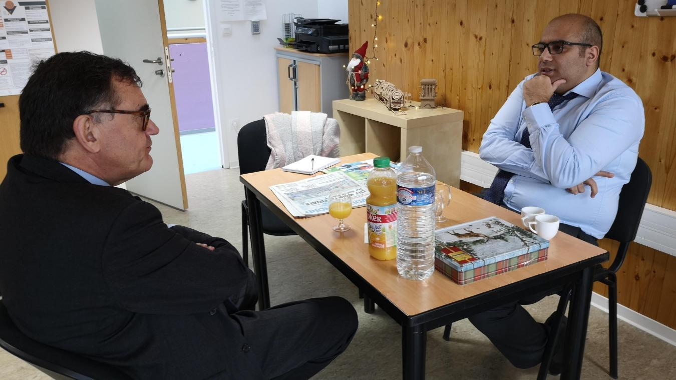 Naeem Idabi expose son travail à Jean-François Raffy, notamment dans le domaine du bâtiment.