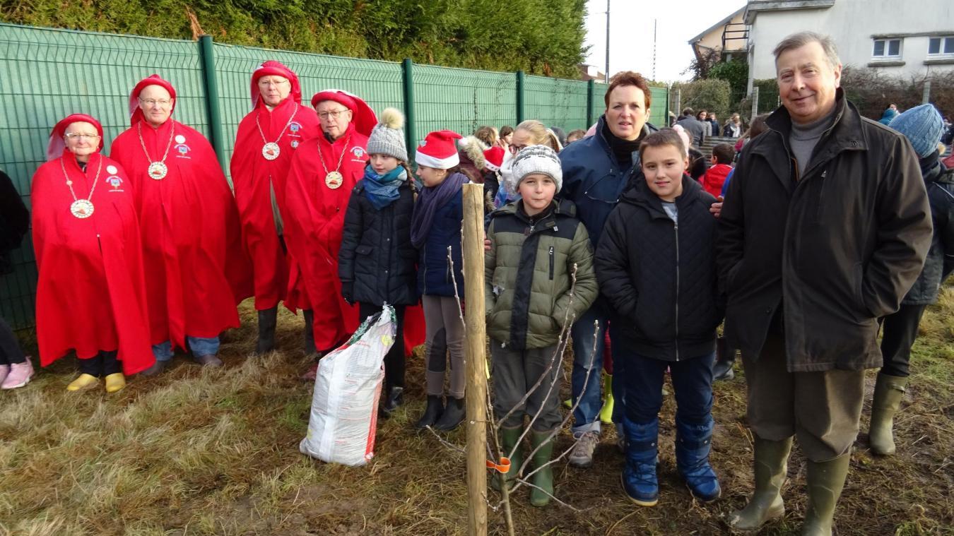 La municipalité a invité les élèves de l'école à planter des pommiers.