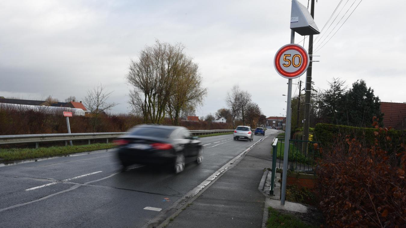 Les deux panneaux 50 km/h clignotants ont été placés sur la départementale D3, qui longe le canal, aux abords du carrefour.