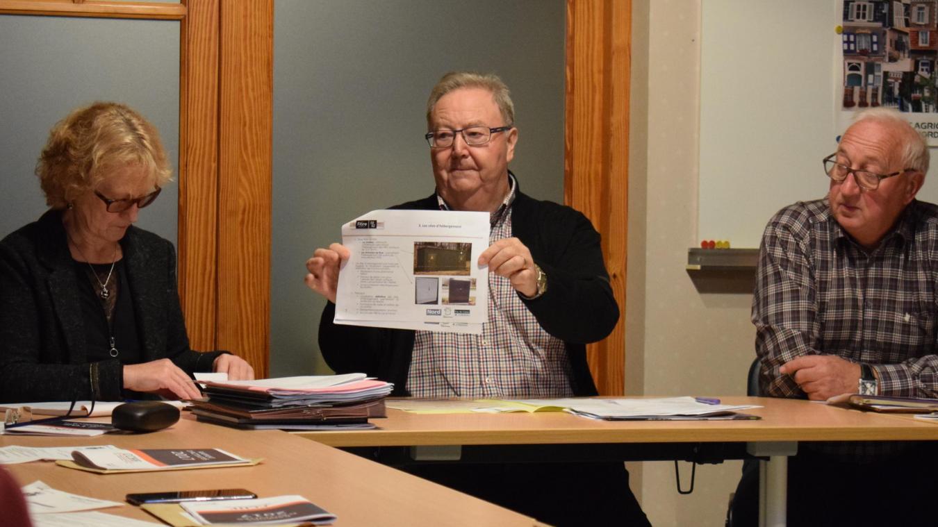 Lors du conseil municipal, le maire a montré aux élus le genre d'armoire pour la fibre qui sera installée dans la commune.