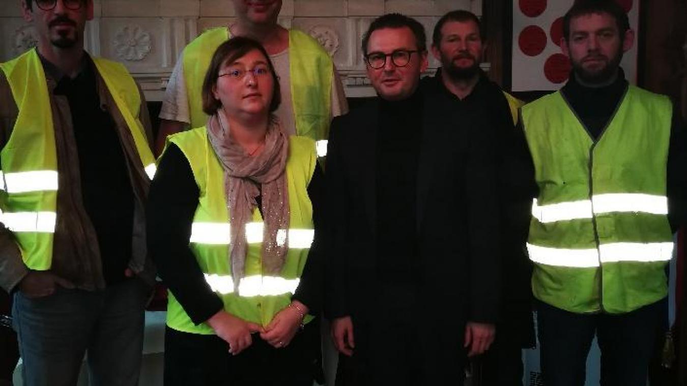 Ils étaient une poignée à échanger avec le maire, samedi 22 décembre.