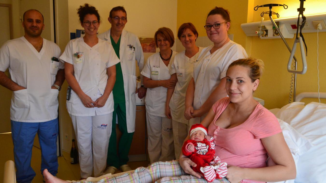 Dans les bras de sa maman, Nadège, Soline avait revêtu son plus bel habit de Noël. La petite fille est entourée d'une partie de l'équipe de la maternité d'Hazebrouck : Patrick Thiriot, chef de service, Mustapha Ghassa, médecin, Sarah Nowak, sage-femme, Monique Szynghedauw, auxiliaire-puéricultrice, Julie Roch, puéricultrice et Noémie Bollengier, aide-soignante.