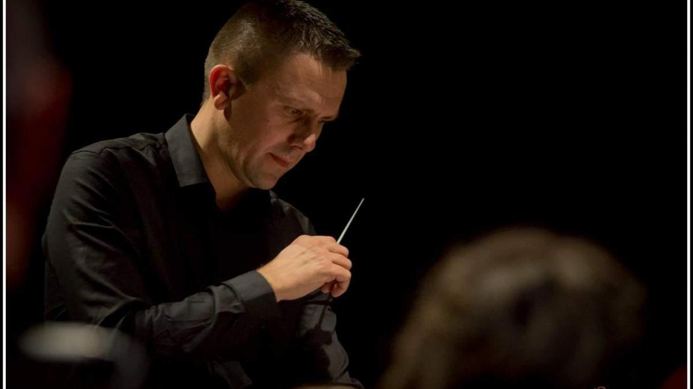 Antoine Pecqueur dirige 70 musiciens au sein de l'Union musicale. © Samuel Debut - Photographe