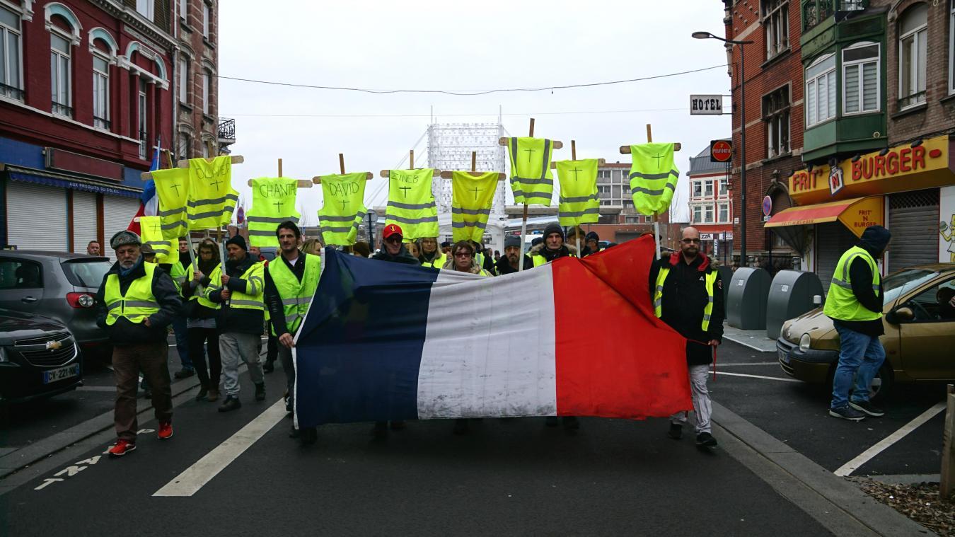 Environ 150 personnes marchent depuis la gare de Dunkerque jusqu'au rond-point des Parapluies en hommage aux victimes du mouvement.