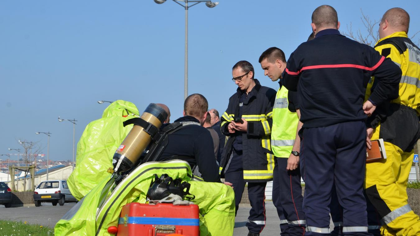 Le commandant Olivier Debove, au centre avec ses lunettes, en pleine intervention au milieu de ses hommes et des unités de risques technologiques.