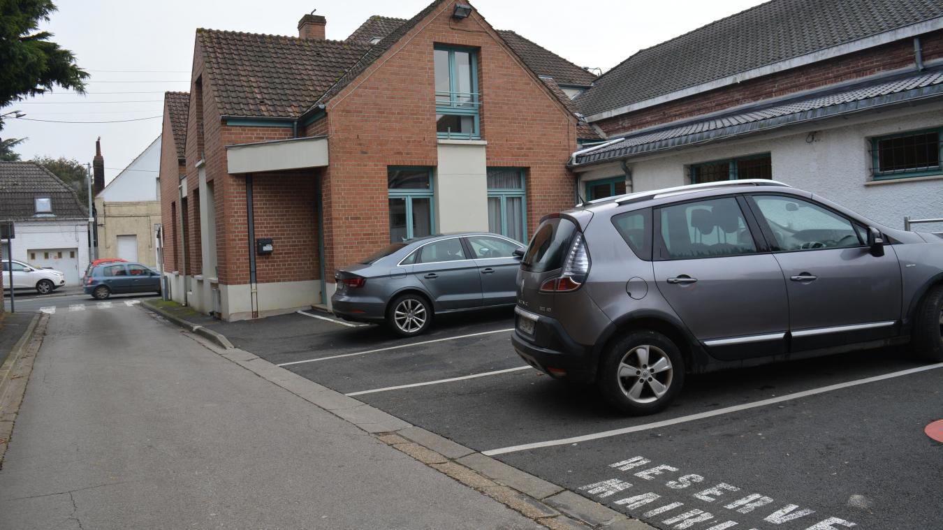 La porte d'entrée de la mairie située à l'arrière sera remplacée par une porte automatique.