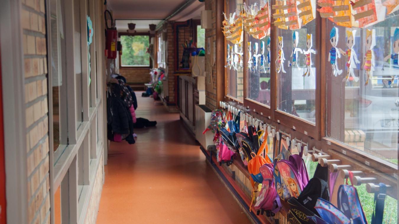 Le couloir de l'école maternelle a un nouveau revêtement de sol.