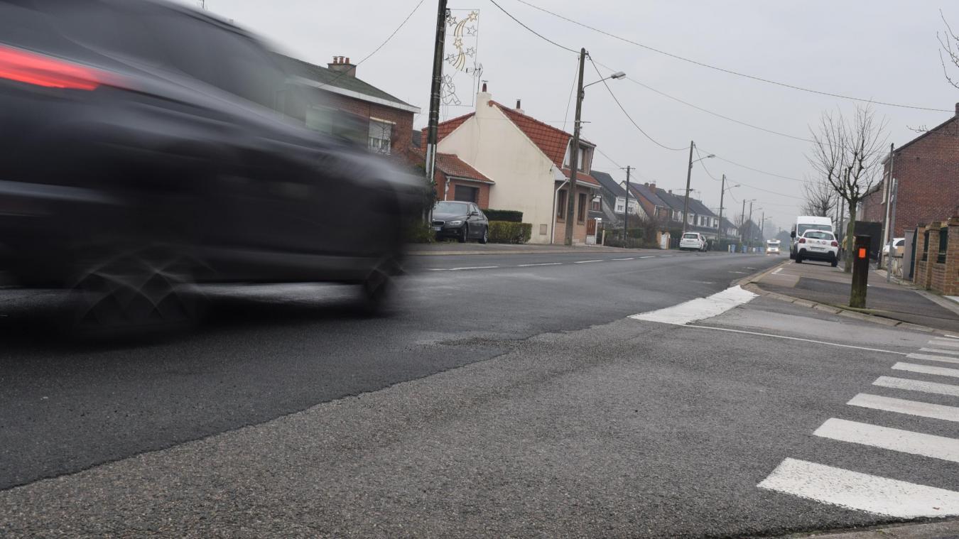 D'ici juin 2019, les lignes « stop » des trois rues perpendiculaires à la rue des Écoles (comme ici, rue Platel) devraient disparaître, pour laisser place à des priorités à droite.