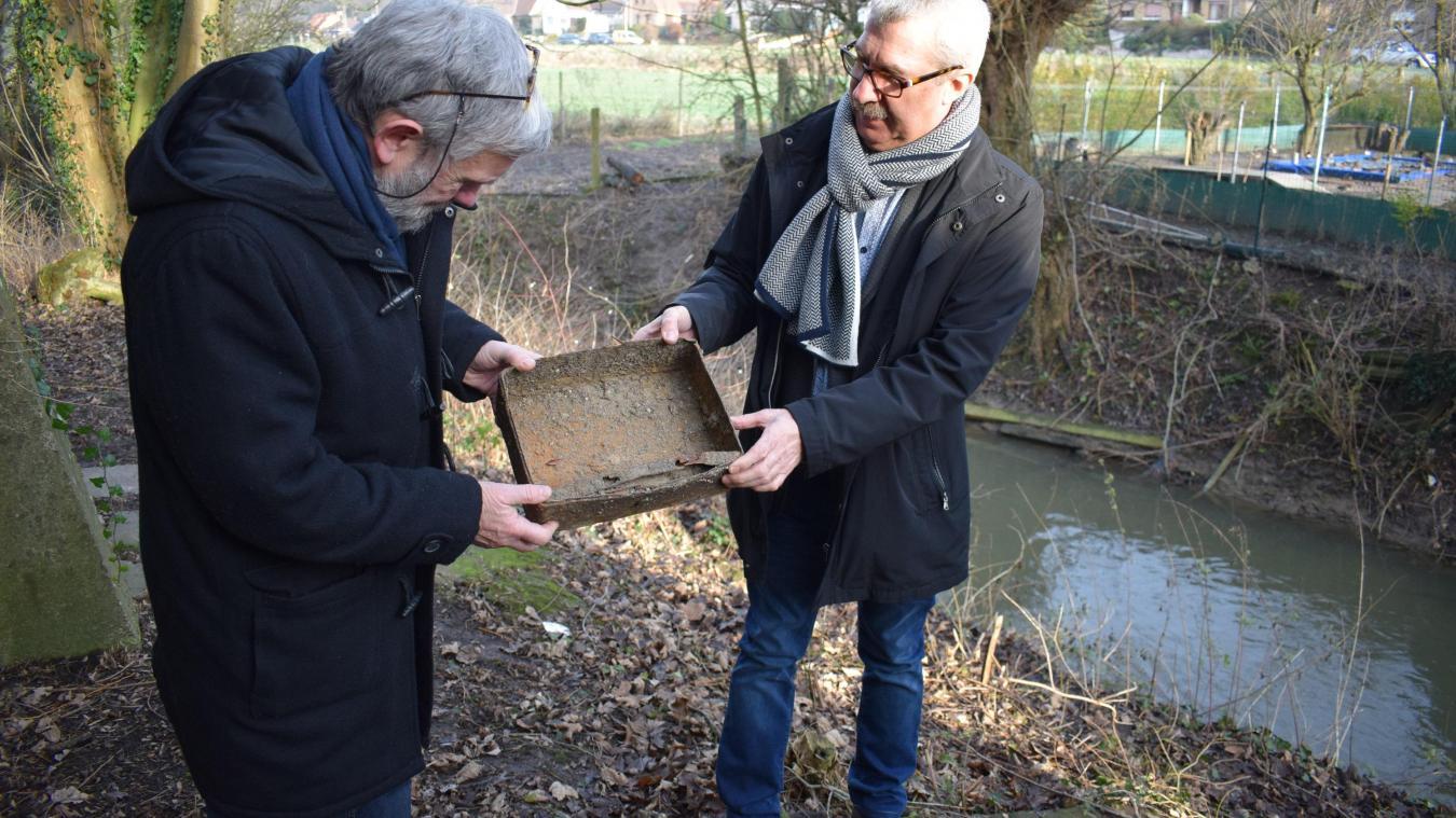 Jean-Paul Gosset (à gauche) et Didier Deram, avec l'objet qui aurait été dérobé lors d'un braquage, dans la boulangerie Loones, dans les années 1980. Le tiroir-caisse a été retrouvé dans la Becque, à quelques dizaines de mètres du commerce.