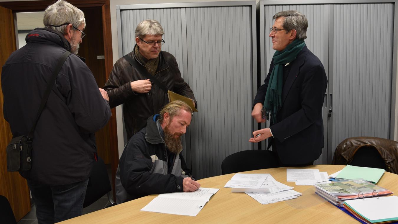 Les six riverains ont été reçus peu après 18 h par le commissaire-enquêteur. Ils ont tout de même pu déposer, chacun leur tour, leur signature.