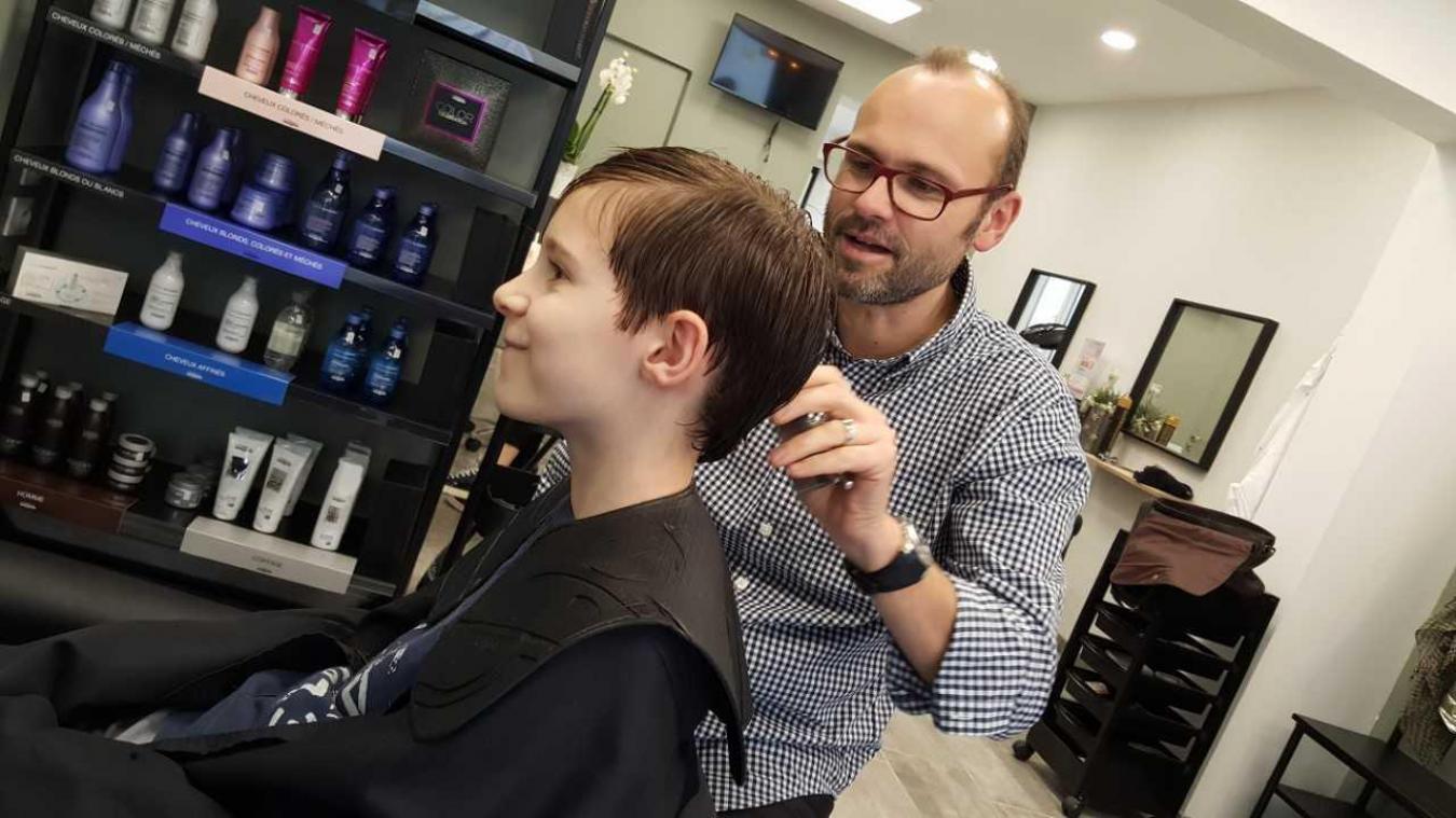 Arnaud propose des coiffures ou coupes modernes pour hommes, femmes et enfants.