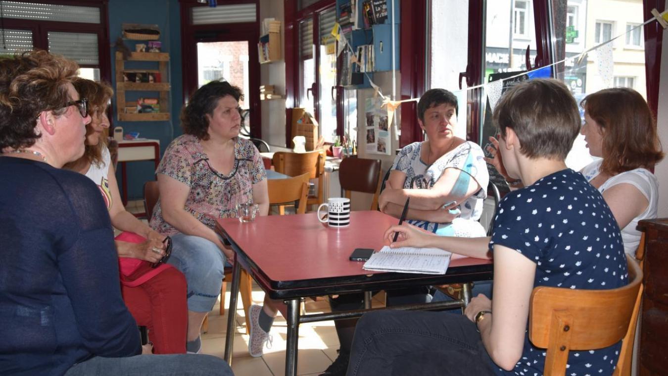 Maggie Deleglise, (à gauche sur la photo), gérante du Bookkafé espère relancer l'activité du lieu avant juin 2019. (Archives)