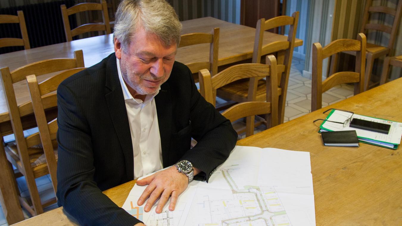 Bruno Brongniart, maire de Rexpoëde, et les plans des futurs lotissements.