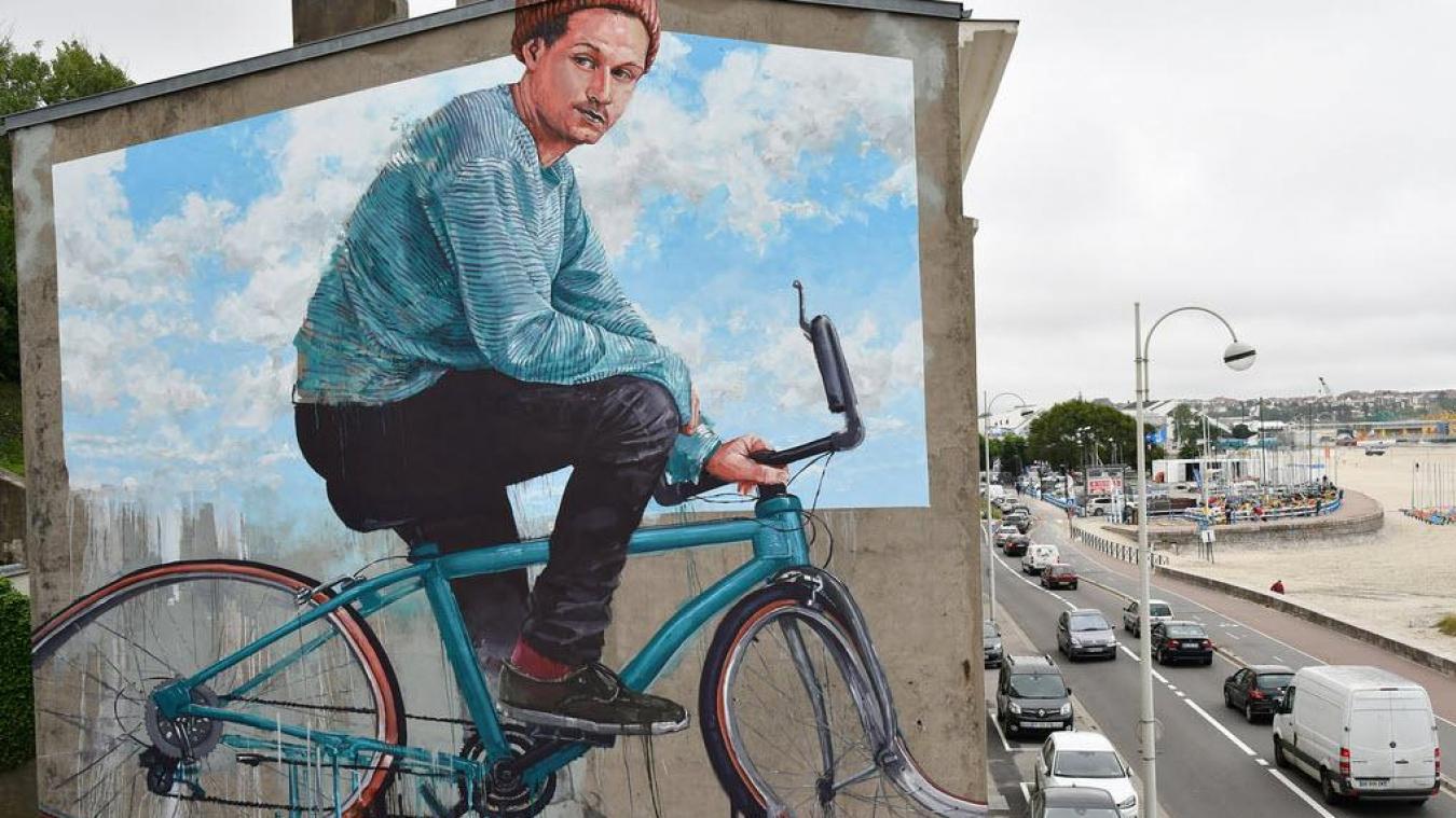 Depuis l'été dernier, cette œuvre fait face à la plage et à la rade de Boulogne-sur-Mer.