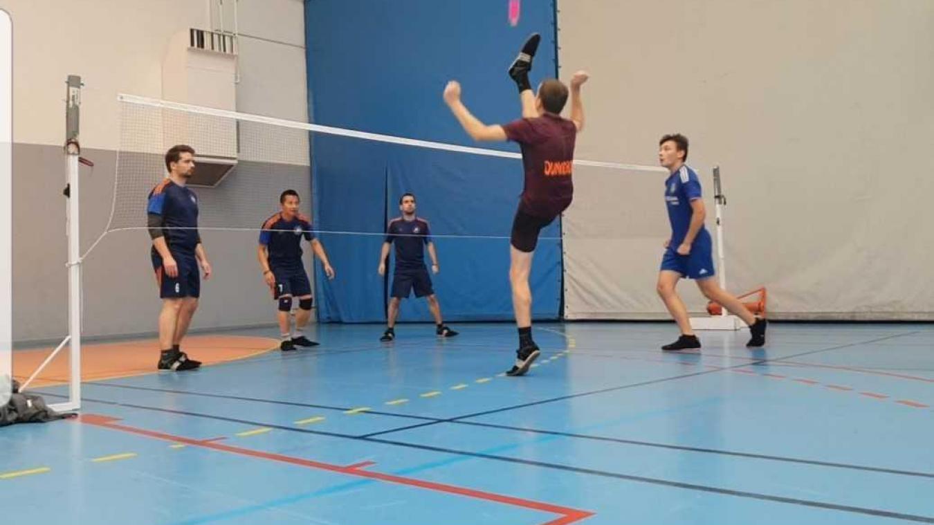 Le plumfoot est un mélange entre le badminton, le foot et le handball.