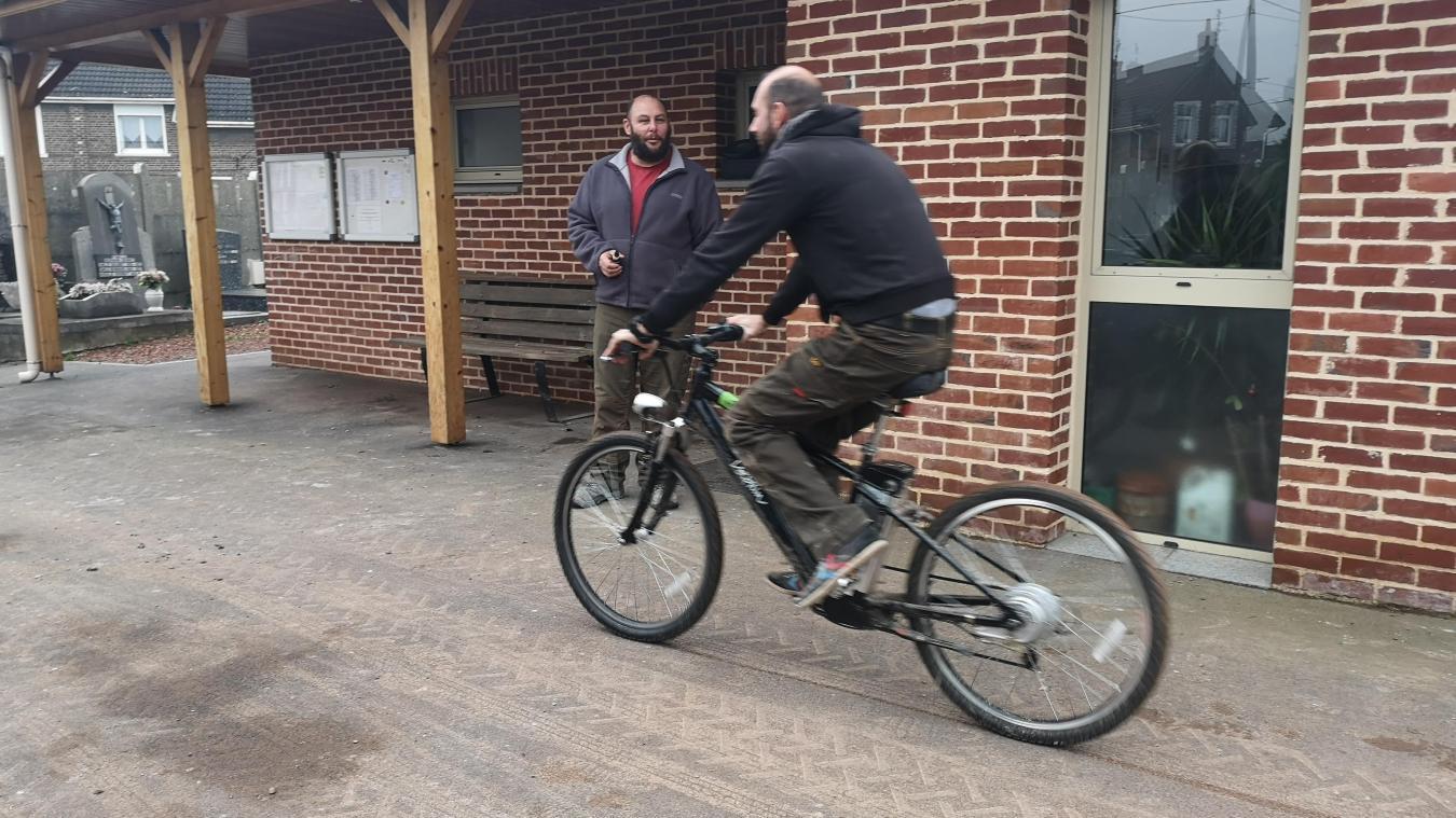 Frédéric Honoret préfère quand même le vélo classique pour un usage personnel, « c'est plus drôle ! ». « Mais c'est un sportif ! », sourit Bruno Brix, en arrière plan sur la photo.