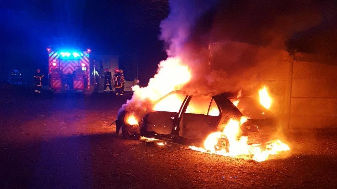 Ferfay: une voiture fonce dans la salle polyvalente et se fait incendier pendant la nuit (photos)