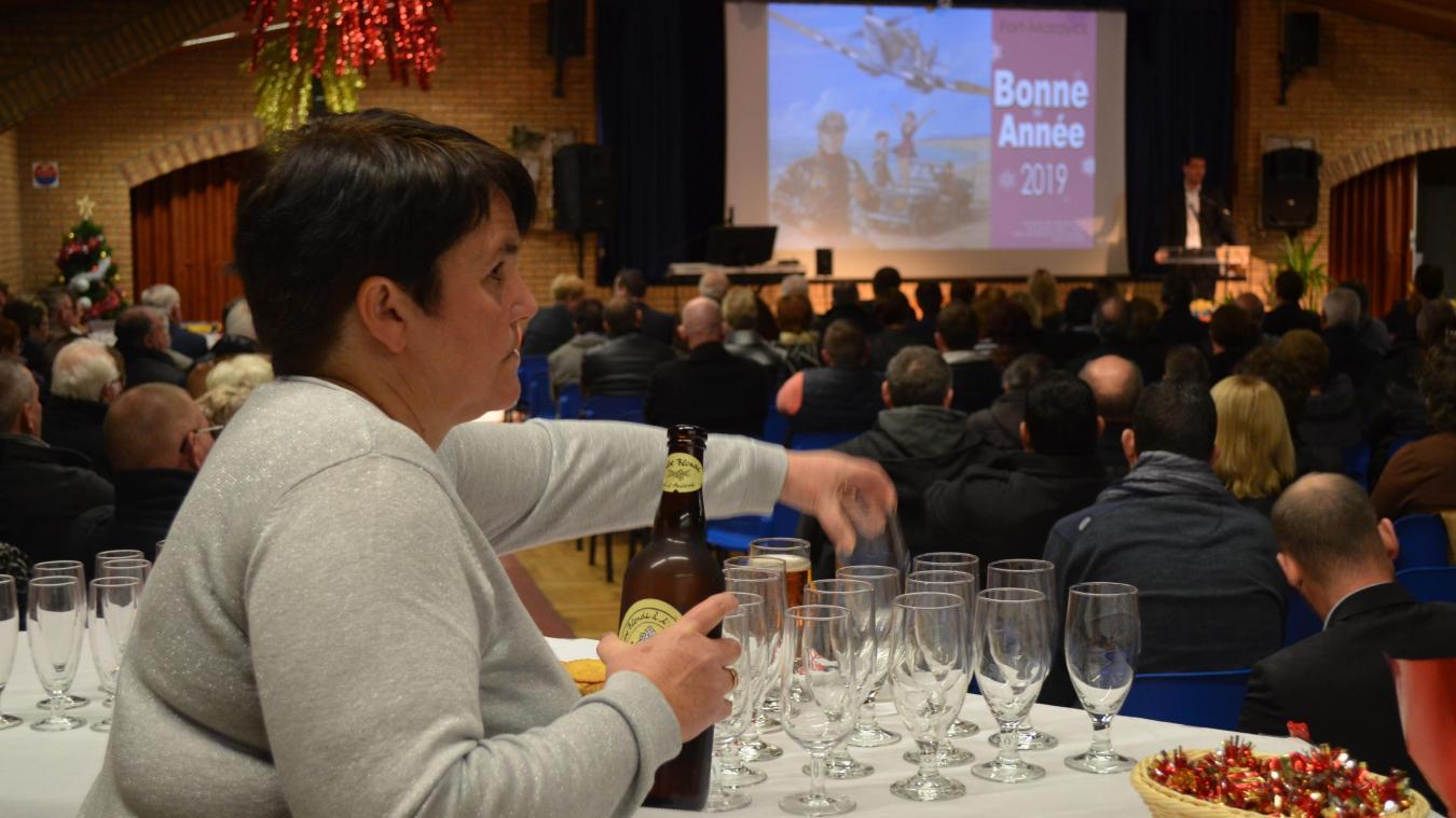 Alors que Patrice Vergriete entame son discours, le dernier de la cérémonie de vœux de Fort-Mardyck, Catherine et ses quatre collègues commencent à préparer les verres... sans faire de bruit.