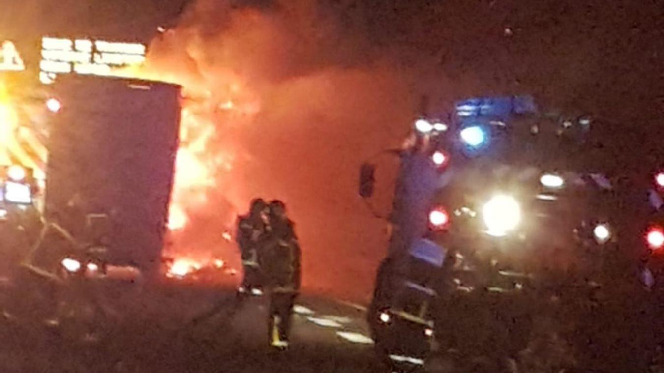 Les sapeurs-pompiers sont intervenus en pleine nuit pour éteindre l'incendie.