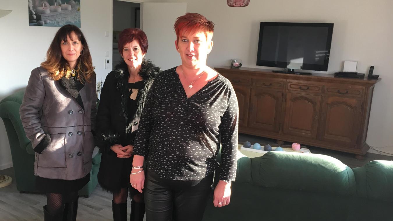 Valérie Grelait et Nathalie Goudeseune, de Flandre Opale Habitat (ex-Logis 62), accueillies par une locataire (à droite), Catherine Pruvost, ravie de ce nouvel environnement dans son ancien appartement.